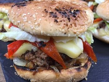 Karamelize Soğan ve Köz Biberli Hamburger