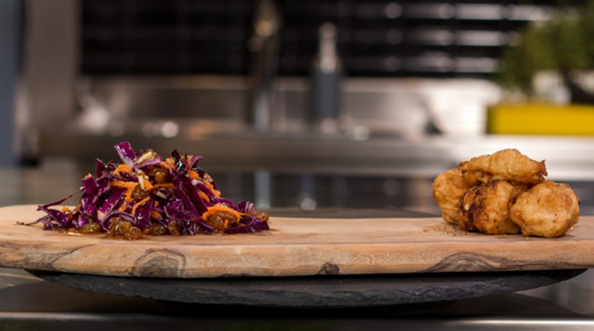 Ballı Limonlu Çıtır Tavuk; Mor Lahana Salatası ile
