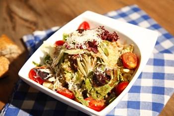 Balsamik Soslu Akdeniz Salatası