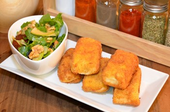 Beğendili Börek Kuruyemişli Roka Salatası