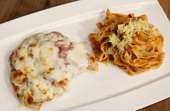 Fırında Mozzarella ve Biberli Dana Salamlı Tavuk Göğsü (Sumaklı domates soslu Fettucine ile)