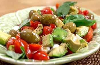 Avokadolu Caprese Salatası