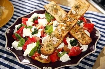 Caprese Salata ve Fırınlanmış Sarımsaklı Baget