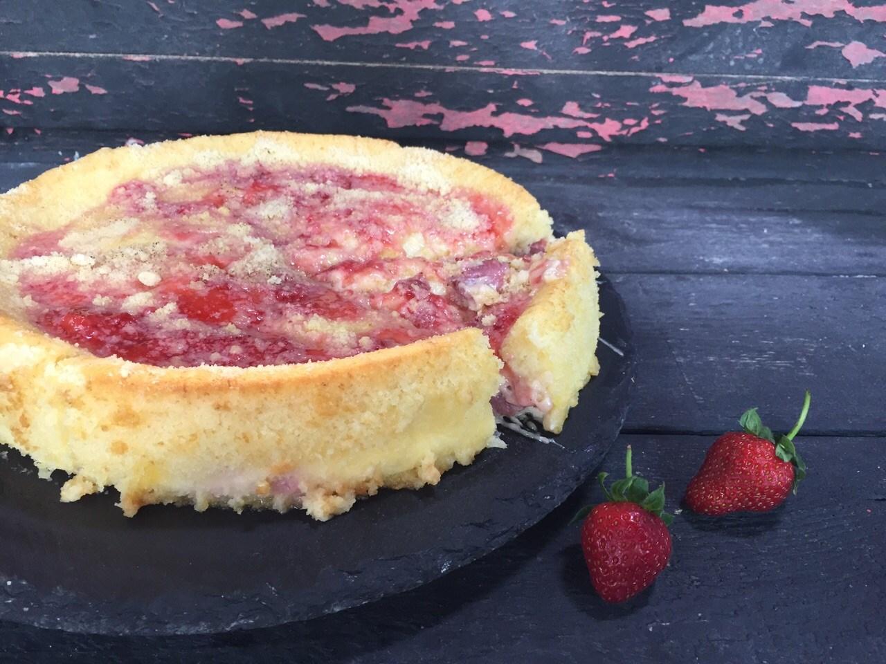 Çok oyunculu bir çilekli bir yemek keki nasıl pişirilir