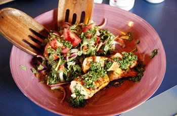 Chimicurri Soslu Tavuk ve Kimyonlu Semiz Otu Salatası