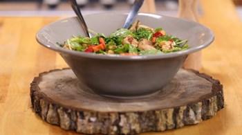 Haşlanmış Nohut Soslu Tavuk Salatası