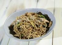 Ispanaklı ve Tavuklu Noodle Salata Tarifi