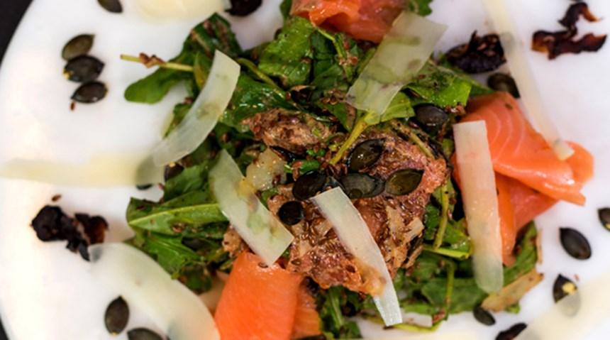 Keten Tohumu ve Erik Soslu Somon Salatası