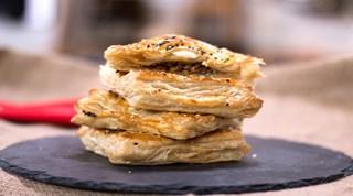 Kıymalı Cevizli Milföy Böreği Tarifi