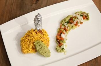Mısır cipsi ile kaplanmış Tavuk Pirzola (Avokadolu humus ve domatesli salata ile)