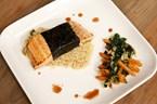 Noriye Sarılı Somon, Kuşkonmazlı kinoa salatası (Akçaağaç şuruplu Havuçlar ile)