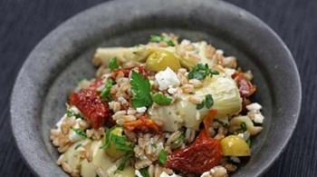 Kızılcık Sirkeli-İncir Reçelli Vinegret ile Enginar, Roka ve Somon Salatası