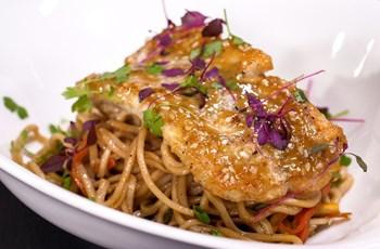 Tavada Hardallı Ballı Lagos ile Sebzeli Noodle