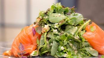 Yaban Turplu Sos ile Füme Somonlu Semizotu Salatası